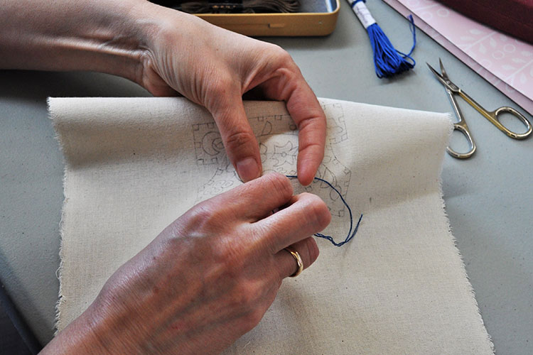 Training in embroidery and gold-thread embroidery in Cacak
