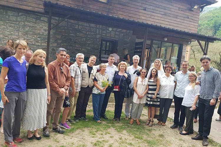 Visit of diplomats to the weavers' colony